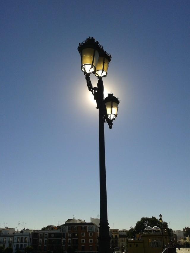 Farola Iluminada por el Sol - Punete Isabel II, Sevilla (Es) / 12 Noviembre, 14:00